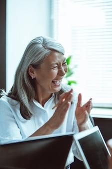 Aziatische senior vrouw lachen