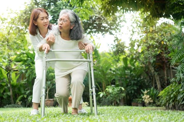 Aziatische senior vrouw vallen thuis in de achtertuin veroorzaakt door myasthenie