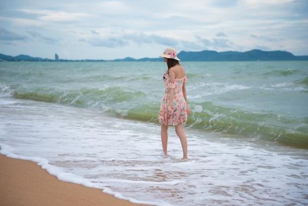 Aziatische sexy vrouw die op het strand, het concept van de de reisreis van de de zomervakantie loopt.