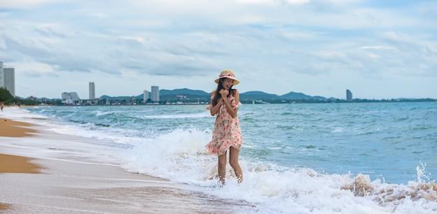 Aziatische sexy vrouw op het strand, de reisreis van de de zomervakantie, banner met exemplaarruimte.