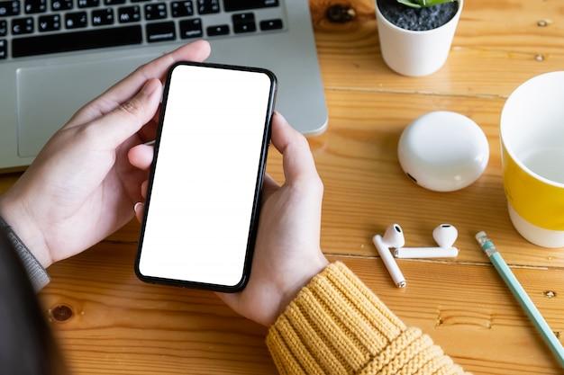 Aziatische smartphone van de vrouwenholding met het lege scherm frameloze moderne ontwerp. technologie concept.