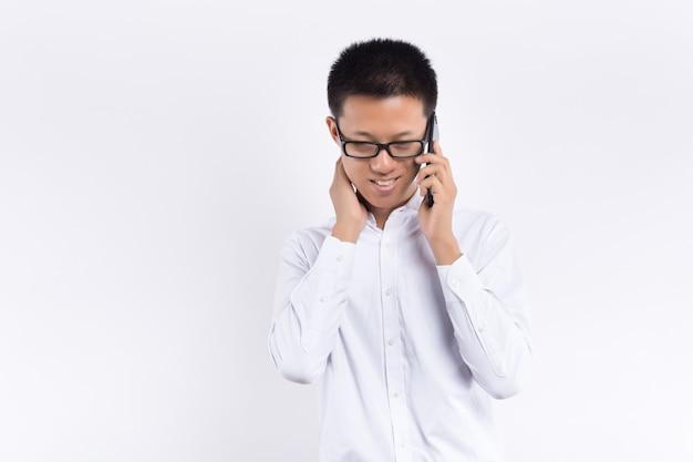 Aziatische smartphone van het mensengebruik, de mobiele telefoon van het jonge mensenspel