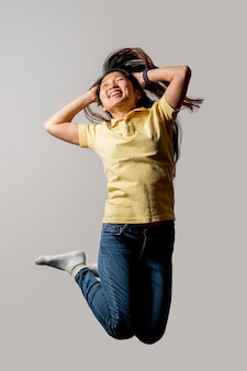 Aziatische smiley vrouw springen
