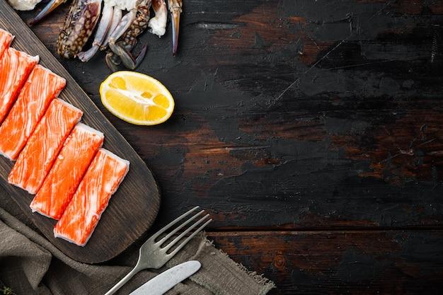 Aziatische snack surimi set, op donkere houten tafel, bovenaanzicht plat lag