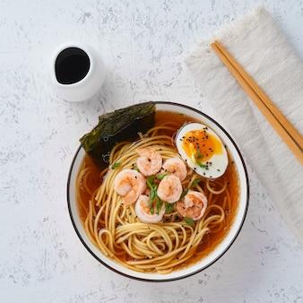 Aziatische soep met noedels, ramen met garnalen.