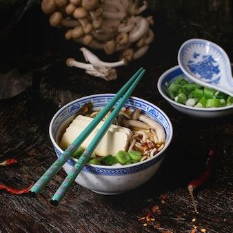 Aziatische soep ramen met feta-kaas