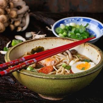 Aziatische soep ramen met garnalen