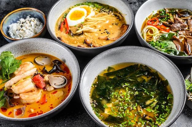 Aziatische soepen in kommen op een zwarte lijst