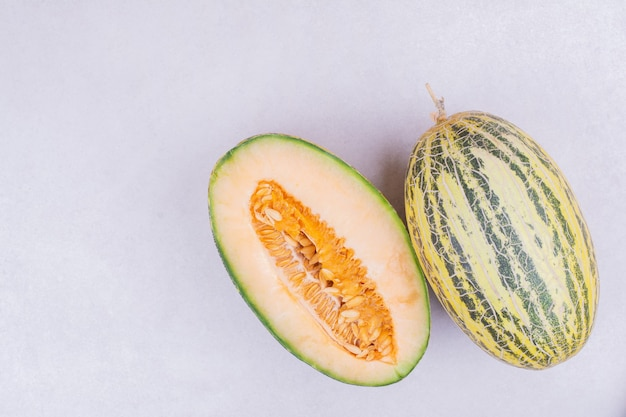 Aziatische soort meloen geïsoleerd op wit.