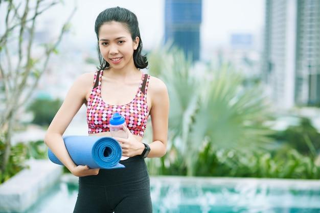 Aziatische sportcoach buitenshuis