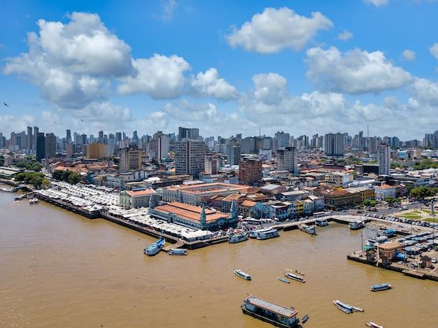 Aziatische stad met waterkant