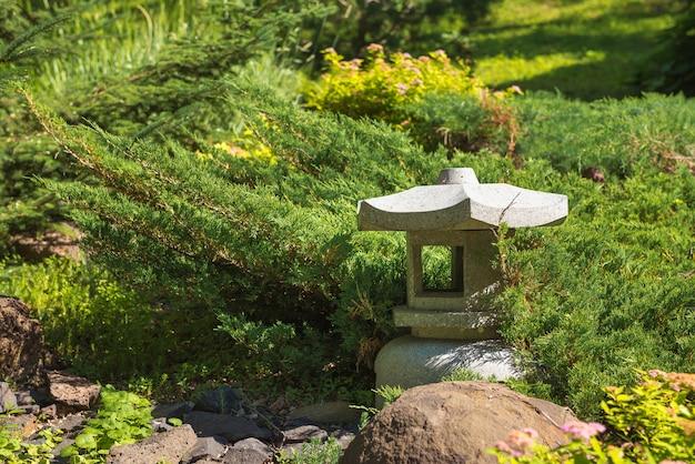 Aziatische steenlantaarn voor tuin in park. milieu, landschapsontwerp, tuin decorthema.