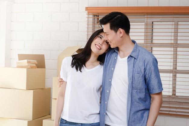 Aziatische stellen verhuizen naar hun nieuwe huis. concept van het starten van een nieuw leven. een gezin bouwen. ruimte kopiëren