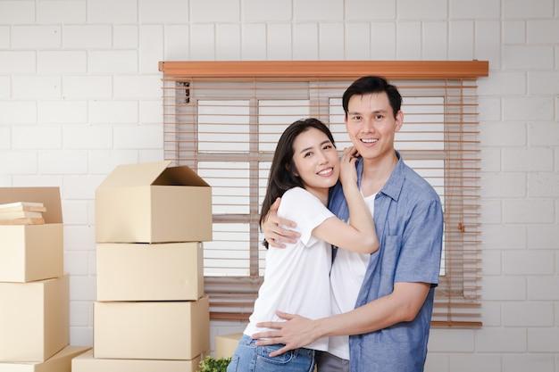 Aziatische stellen verhuizen naar hun nieuwe huis. concept van het starten van een nieuw leven.