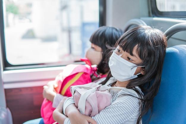 Aziatische student die samen naar school gaat met het openbaar vervoer