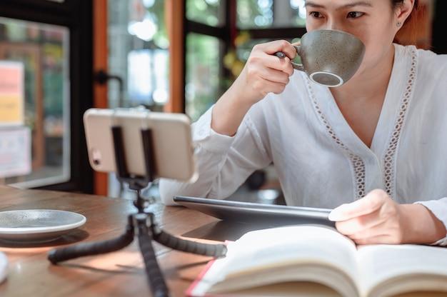 Aziatische student online leren en onderwijs thuis.