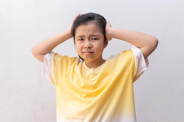 Aziatische studente die de spanning voelen