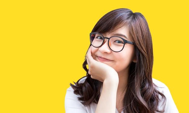 Aziatische studente in concept van leerstudie en student in universitaire middelbare school