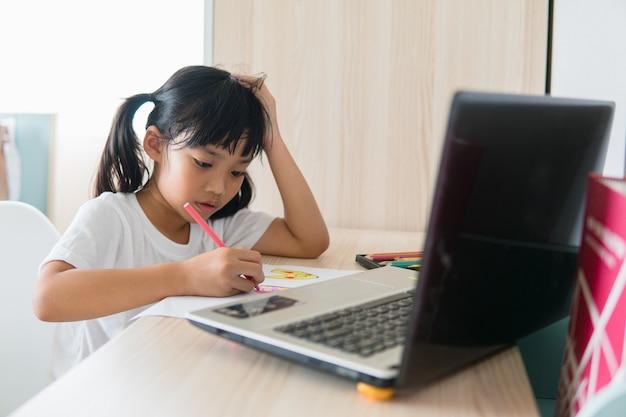 Aziatische studente online leerklas online studeren met laptop thuis.