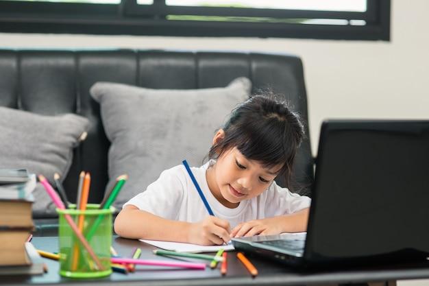 Aziatische studente online leerklas studeren online videogesprek zoomleraar, gelukkig meisje leert engels online met laptop thuis nieuw normaal covid-19 coronavirus sociale afstand blijf thuis