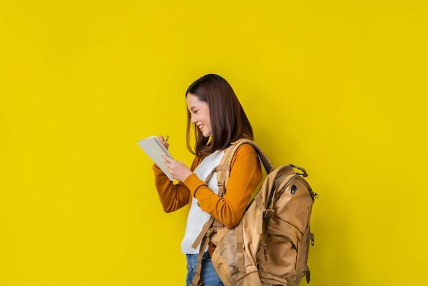 Aziatische studenten gebruiken notebooks.