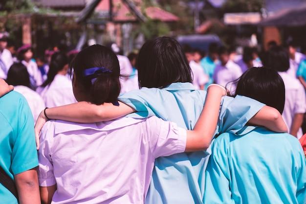 Aziatische studenten knuffelen met liefde