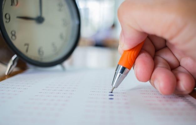 Aziatische studenten nemen de optische vorm aan van gestandaardiseerde examens