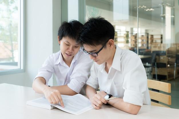 Aziatische studenten studeren samen aan de universiteit.