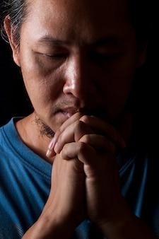 Aziatische thaise man bidt met de hand tot god voor succes voor vervulling in zijn leven