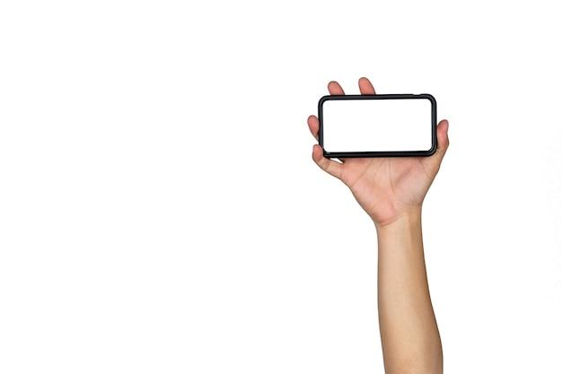 Aziatische thaise mannelijke geïsoleerde hand houdt slimme mobiele telefoon vast en stijgt op in horizontale richting met lege kopieerruimte op witte achtergrond.