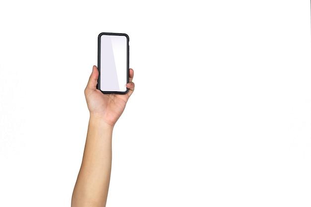 Aziatische thaise mannelijke geïsoleerde hand houdt slimme mobiele telefoon vast en stijgt op in verticale richting met lege kopieerruimte op witte achtergrond.