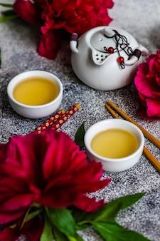 Aziatische theeceremonie versierd met rode pioenrozen