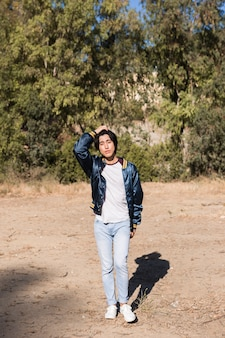 Aziatische tiener die in park loopt