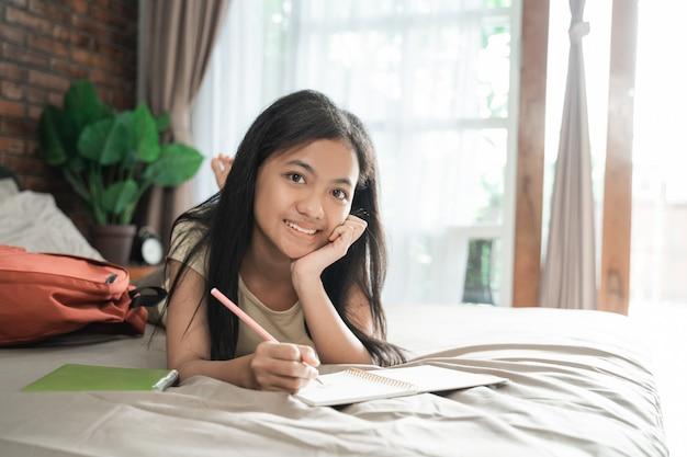 Aziatische tiener die thuis bestudeert