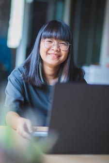 Aziatische tiener die thuis online studeert