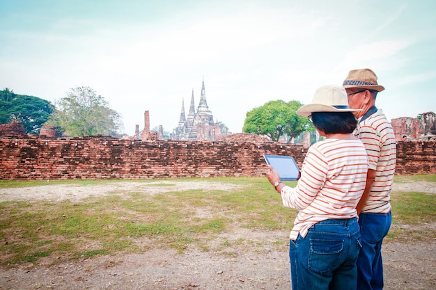 Aziatische toeristen, oudere mannen en vrouwen bezoeken de ruïnes ayutthaya thailand