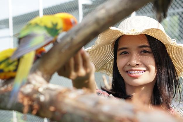 Aziatische toeristen voeren hun papegaaien als huisdier