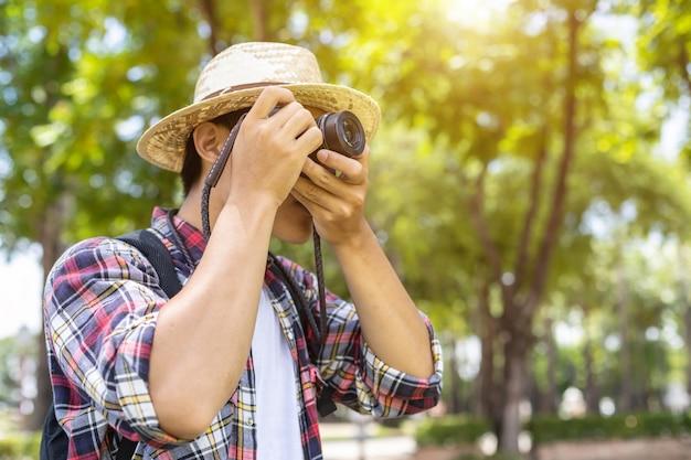 Aziatische toeristenmens in het historische park van sukhothai, thailand