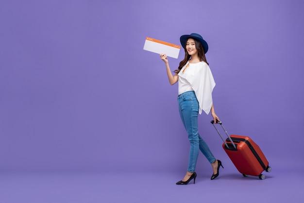 Aziatische toeristenvrouw met bagage die luchtvaartlijn het inschepen paass tonen