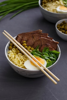 Aziatische traditionele soep in een kom op een grijze achtergrond