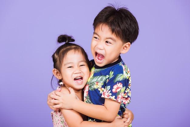 Aziatische twee gelukkige grappige kleine schattige kinderen staan samen