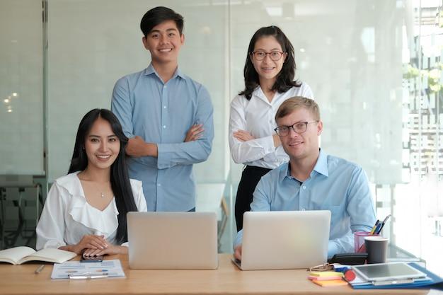 Aziatische uitvoerende zakenman zakenvrouw man vrouw die lacht op werkplek. zakelijk team