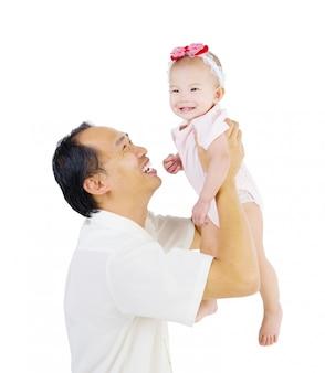 Aziatische vader die haar dochter opneemt.