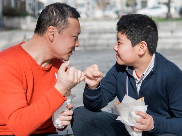 Aziatische vader en zoon pink beloven