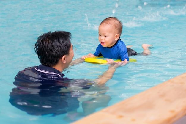 Aziatische vader neemt schattige kleine aziatische 18 maanden