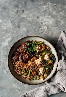 Aziatische vegan soba-noedel met tofu-kaas, shiitakepaddestoelen