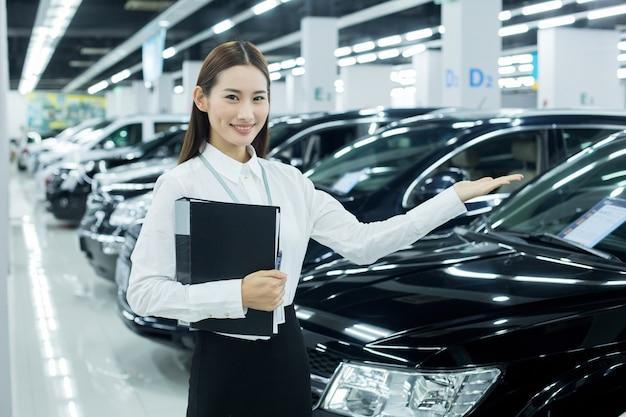 Aziatische verkoopster in autozaken
