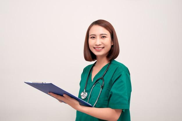Aziatische verpleegster vrouw met een map, geïsoleerd op wit