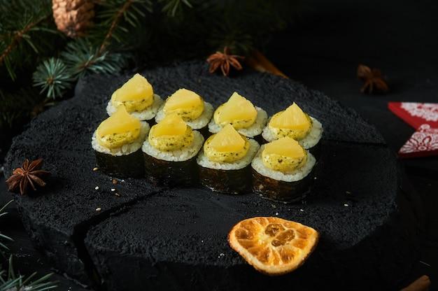Aziatische voedsellevering aan huis, diverse sushi-sets in plastic bakjes met sauzen, rijst en eetstokjes.