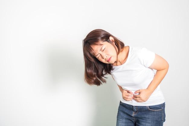 Aziatische volwassen vrouw buikpijn. hand met buik.